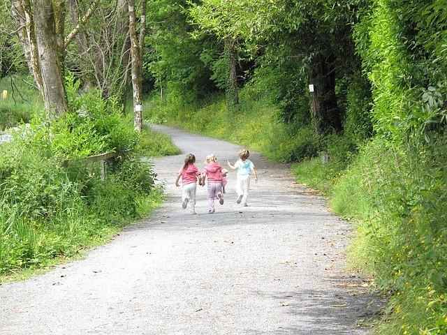běžící děti v parku