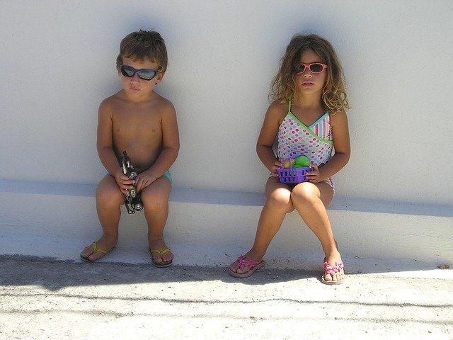 děti odpočívající ve stínu