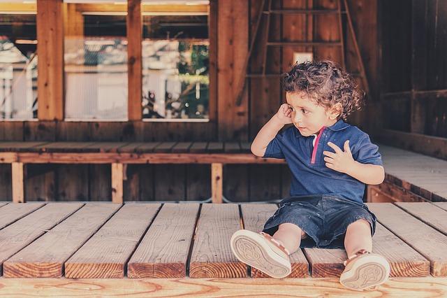 samotné dítě na terase