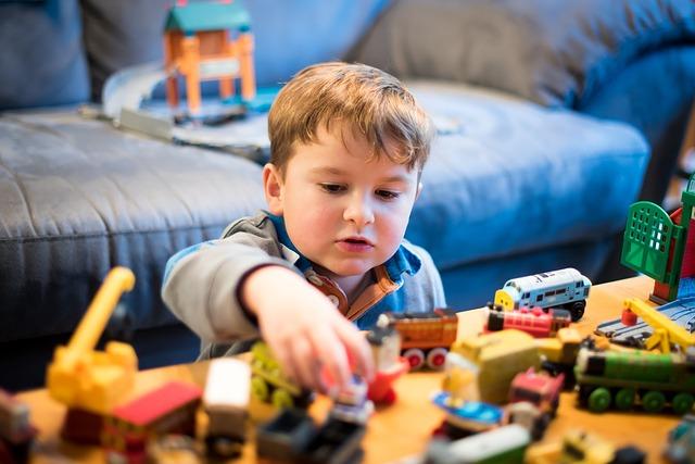 chlapec a stavebnice