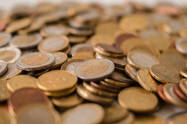 mince kulaté na jedné hromadě, zlaté a se stříbrným okrajem eura