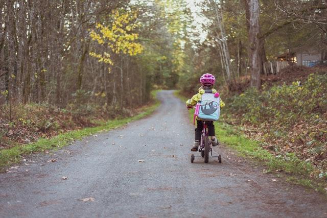 lesní cesta, batole na kole