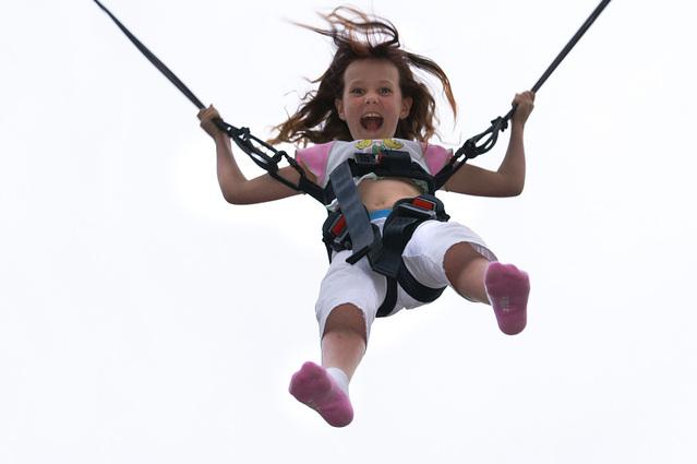 dívka při skákání