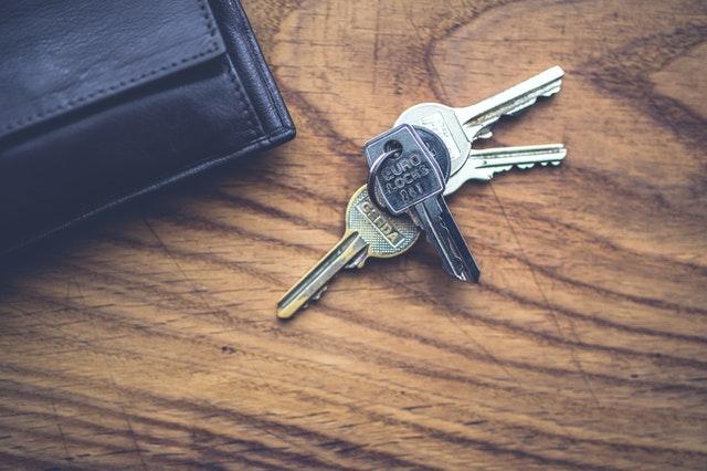 klíče na stole
